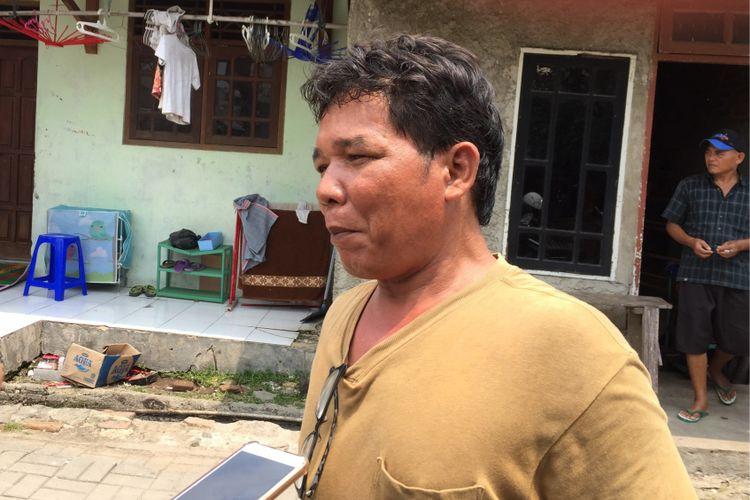 Ayah mendiang Tiara Debora, Rudianto Simanjorang, saat ditemui di rumahnya, Benda, Kota Tangerang, Selasa (12/9/2017). Debora meninggal di Rumah Sakit Mitra Keluarga usai pihak RS diduga enggan menangani penyakit Debora karena uang muka yang kurang.