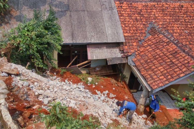 Kondisi lokasi longsor di RT 03/05, Kelurahan Pondok Jaya, Cipayung, Depok pada Rabu (6/9/2017). Longsor terjadi pasca hujan deras yang mengguyur Depok dan sekitarnya pada Selasa (5/9/2017) sore kemarin