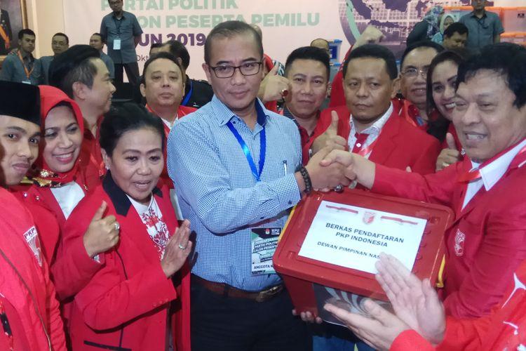 Sekretaris Jenderal Partai Keadilan dan Persatuan Indonesia (PKPI), Imam Anshori Sholeh saat mengantar PKPI mendaftar sebagai calon peserta Pemilu 2019 di Komisi Pemilihan Umum (KPU) RI, Jakarta, Senin (16/10/2017).