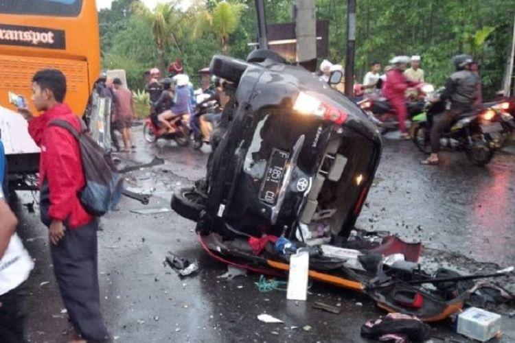 Kecelakaan beruntun yang melibatkan sejumlah kendaraan di Jalur Puncak , Sabtu (22/4/2017), menyebabkan sejumlah orang tewas.