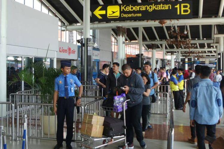 Suasana terminal keberangkatan dan kedatangan domestik Bandara Soekarno-Hatta, Tangerang, Selasa (20/6/2017).
