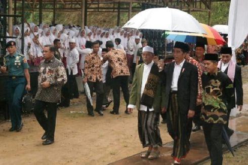 Kenakan Sarung dan Peci, Jokowi Kunjungi Air Mancur Sri Baduga