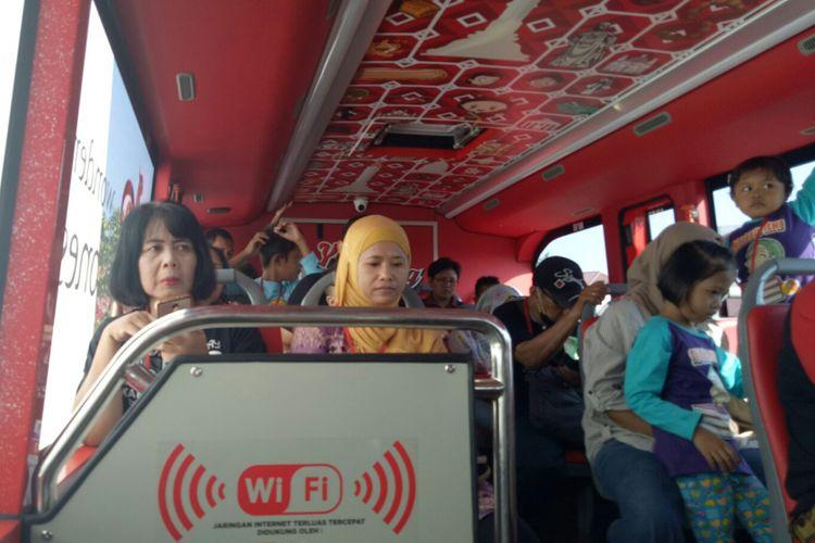 Wisatawan bisa menikmati fasilitas WIFI di bus wisata kota Semarang, Jumat (6/9/2017). Bus double decker wisata Semarang beroperasi setiap hari Selasa-Minggu, dari Museum Mandala Bhakti.