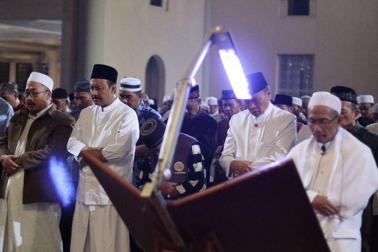 Wakil Gubernur Jawa Timru Saifullah Yusuf menjalankan salah gerhana bulan di Masjid Al Akbar, Surabaya, Jawa Timur, Kamis (1/2/2018).
