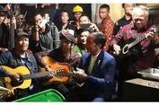 Nyanyi Bareng Musisi Jalanan Bandung, Jokowi Tepuk Tangan, Menteri Basuki Ikut Main Gitar