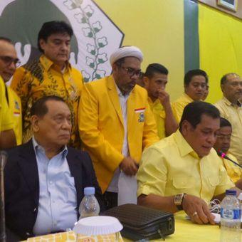 Ketua Harian DPP Partai Golkar Nurdin Halid (tengah) saat menyampaikan kesimpulan rapat pleno DPP Partai Golkar, Selasa (21/11/2017) mala.