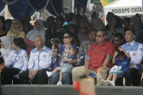 Saat Ani Yudhoyono Asyik Memotret Pertandingan Voli di Cikeas...