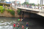 Warga Beramai-ramai Jaring Ikan di Kali Epicentrum