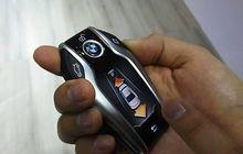 "Jadi ""James Bond"", Jajal Parkir Otomatis BMW Seri 7"