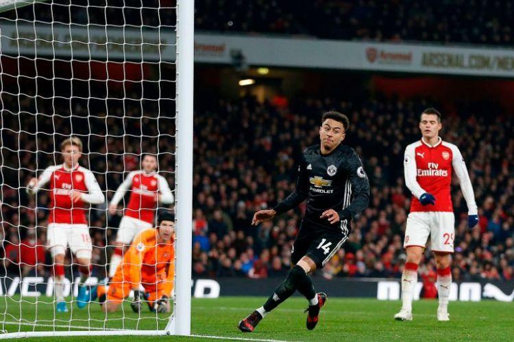 Pemain sayap Manchester United, Jesse Lingard, merayakan golnya ke gawang Arsenal pada laga Premier League di Stadion Emirates, Sabtu (2/12/2017).