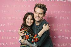 Sheryl Sheinafia Dapat Tanda Tangan dan Dipeluk John Mayer