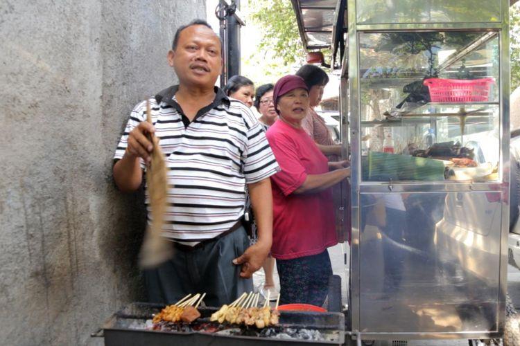 Tugiyem (51) dan suaminya Marimin (58), penjual sate kere di Kota Solo, Jawa Tengah.