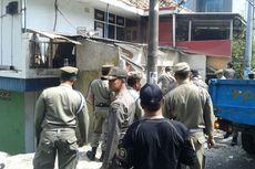 Warung dan Gubuk Pedagang Asongan di Patal Senayan Dibongkar Satpol PP