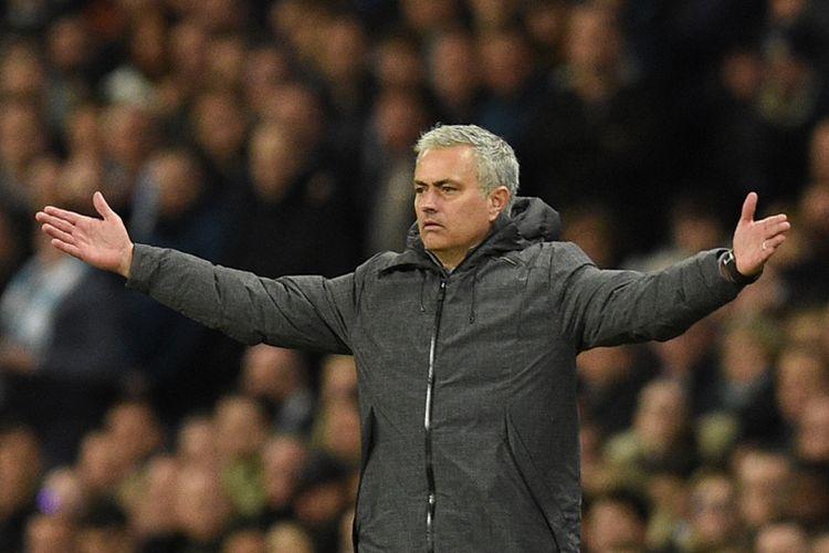 Ekspresi manajer Manchester United, Jose Mourinho, saat menyaksikan anak asuhnya melawan Manchester City di Stadion Etihad pada 27 April 2017.