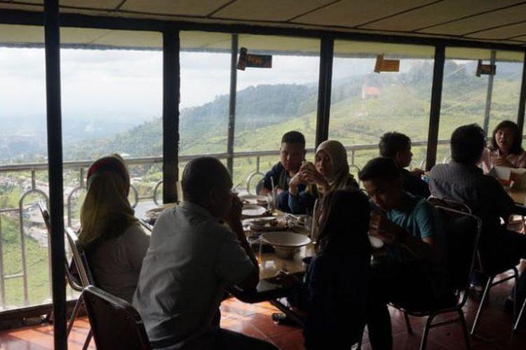 Pengunjung menikmati hidangan di Restoran Rindu Alam di kawasan Puncak, Cisarua, Bogor, sembari menatap panorama alam menakjubkan. Suasana dan makanan yang khas membuat restoran ini selalu dirindukan pengunjungnya.