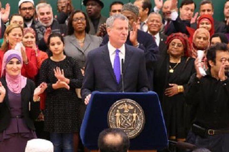 Wali Kota New York Bill de Blasio saat mengumumkan libur Idul Fitri dan Idul Adha untuk sekolah publik di New York, Rabu (4/3/2015).