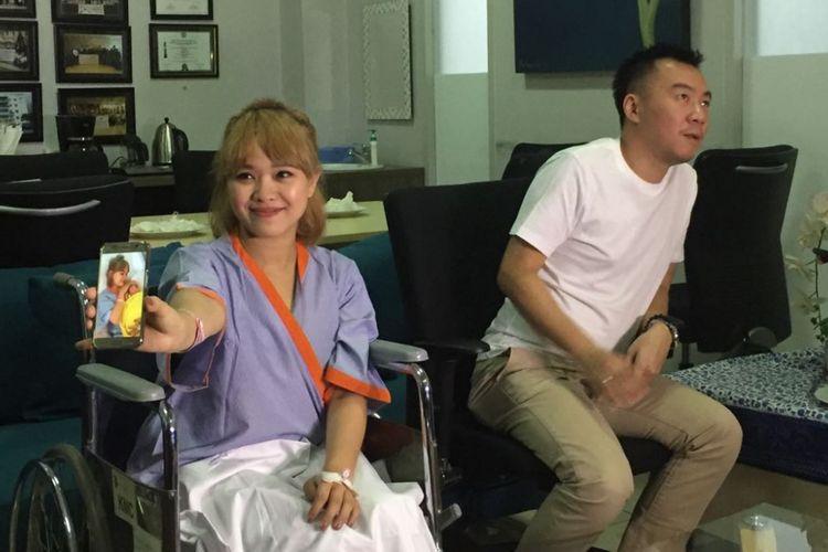 Winda Viska memberikan keterangan pers tentang proses kelahiran anak keduanya di RSIA Kemang Medical Care, Ampera Raya, Jakarta Selatan, Kamis (12/10/2017).