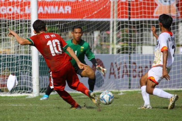 Penyerang timnas U-19 Indonesia, Egy Maulana (10), melepaskan sepakan keras ke gawang timnas U-19 Brunei, yang dijaga kiper Muhd Amirul Hakim PG Zulkarnain setelah melewati bek Rahimin Abdul Ghani (kanan) pada laga pamungkas Grup B Piala AFF U-18 2017 di Stadion Thuwunna, Yangon.