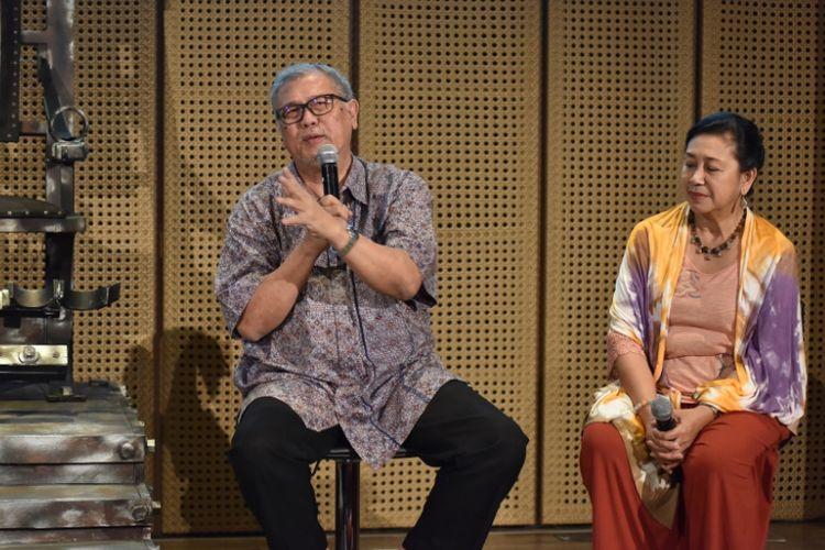Tim produksi Teater Koma diabadikan di Galeri Indonesia Kaya (GIK) Grand Indonesia, Thamrin, Jakarta Pusat, Rabu (27/7/2017). Mereka mementaskan lakon berjudul Warisan yang merupakan produksi ke-149 di Gedung Kesenian Jakarta, Jakarta Pusat, pada 10 hingga 20 Agustus 2017.
