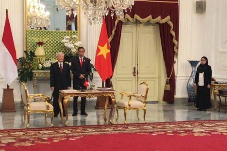 Presiden Joko Widodo dan Sekjen Partai Komunis Vietnam Nguyen Phu Trong saat acara penandatanganan kerjasama di ruangan Kredensial, Istana Merdeka, Jakarta, Rabub(23/8/2017).