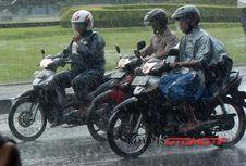Bikers, Ingat Cara Berbelok yang Benar Saat Hujan