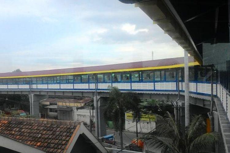Contoh Sky Bridge : Salah satu Sky Bridge sebagai penghubung stasiun LRT untuk kenyamanan penguna LRT