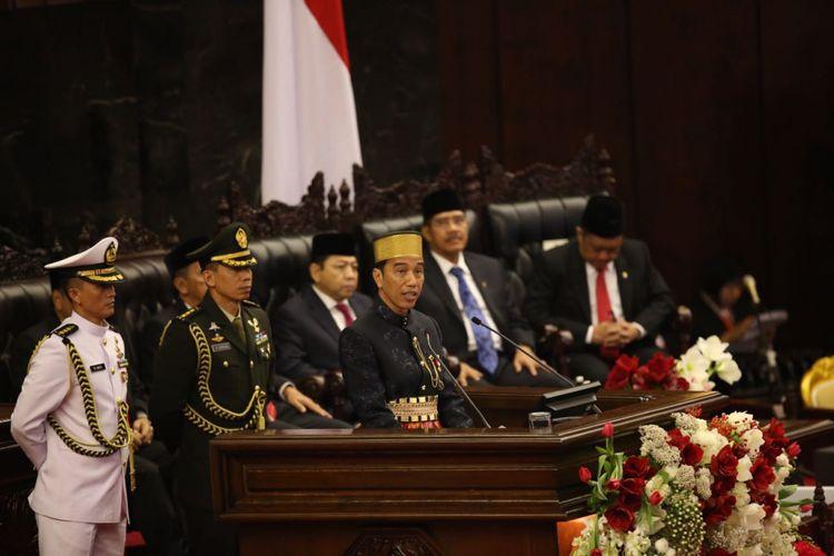 Presiden Joko Widodo memberikan pidato kenegaraan pada sidang tahunan Majelis Permusyawaratan Rakyat Republik Indonesia Tahun 2017di Kompleks Parlemen, Senayan, Jakarta, Rabu (16/8/2017).
