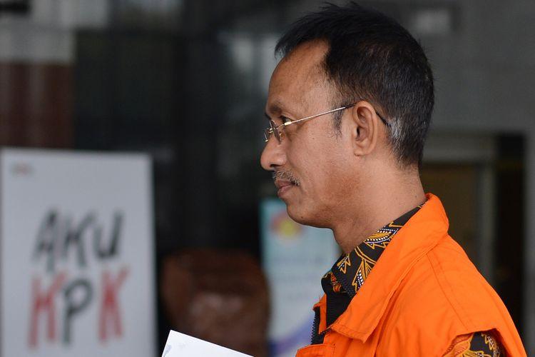 Bupati Pamekasan nonaktif Achmad Syafii bersiap menjalani pemeriksaan di Gedung KPK Jakarta, Selasa (12/9). Ahmad Syafii diperiksa sebagai tersangka dalam kasus suap terhadap Kajari Pamekasan terkait penanganan dugaan korupsi dana desa di Pamekasan. ANTARA FOTO/Wahyu Putro A/Spt/17