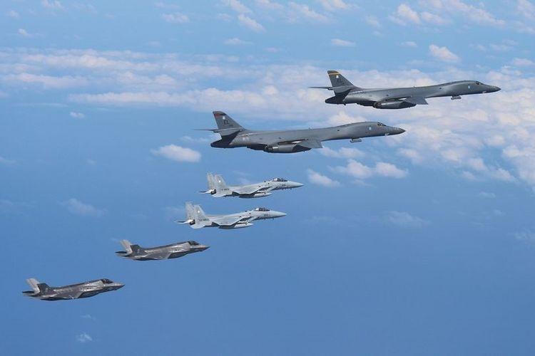 Dua pesawat pengebom AS, B-1B Lancer, dengan pesawat pengawal, terbang meninggalkan Pangkalan Udara Andersen di Guam, Kamis (31/8/2017).