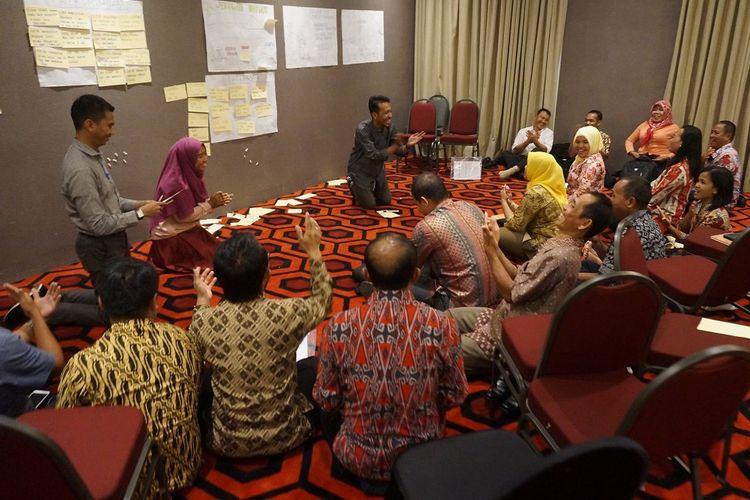 Peserta lokakarya refleksi pelaksanaan program Kinerja dan Akuntabilitas (KIAT) Guru saat berdiskusi di Surabaya.