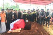 Orangtua Almarhum Briptu Taufan Masih Berdoa di Pemakaman