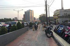 Satpol PP Wanita Akan Tegur Pegendara Motor yang Terobos Trotoar di Bekasi