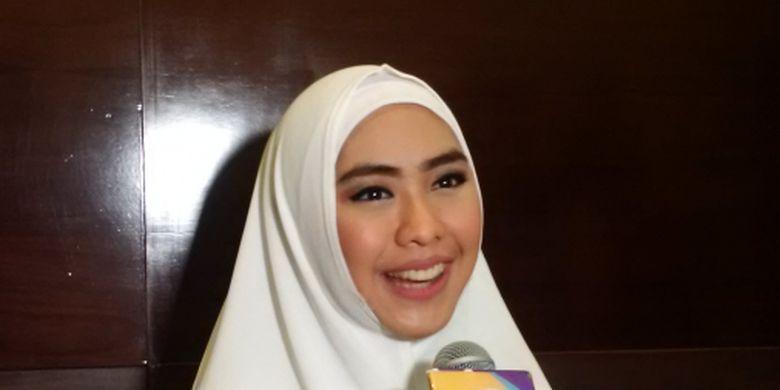 Oki Setiana Dewi dan Dewi - Artis peran Oki Setiana Dewi dan Dewi Sandra berpartisipai dalam kampanye penggalangan dana untuk pembangunan masjid di Mewakili