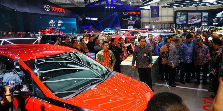 Wakil PResiden Republik Indonesia, H.M Jusuf Kalla mengunjungi booth Toyota  di GIIAS 2017