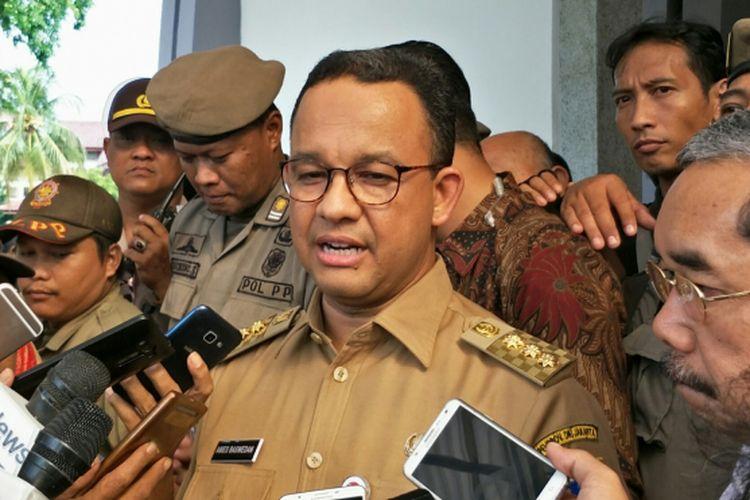 Gubernur DKI Jakarta Anies Baswedan seusai kunjungan kerja di Gedung Pertemuan Pertamina, Cempaka Putih, Jakarta Pusat, Selasa (5/12/2017).