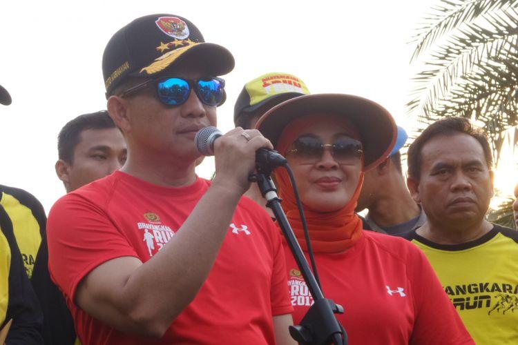 Kapolri Jenderal Pol Tito Karnavian didampingi istri dalam acara Bhayangkara Run di Monumen Nasional, Jakarta Pusat, Minggu (16/7/2017).
