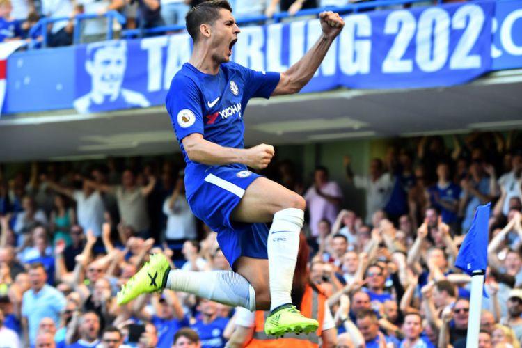 Striker Chelsea, Alvaro Morata, melakukan selebrasi usai mencetak gol ke gawang Everton.