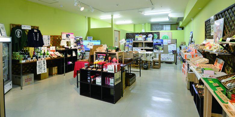 Beragam produk-produk khas Ikoma dijual di Ochiyasen, Jepang.