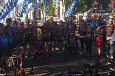 Bupati Manggarai Lepas Tim Jelajah Sepeda Flores Kompas