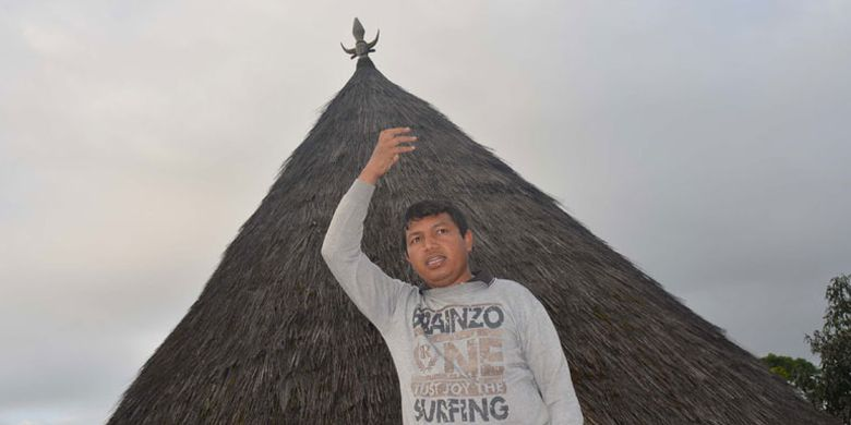Seorang pemandu wisata di Kampung adat Mbaru Gendang Ruteng Puu, Kecamatan Langke Ruteng, Kabupaten Manggarai, Flores, Nusa Tenggara Timur salah satu kampung tertua di wilayah Flores Barat.