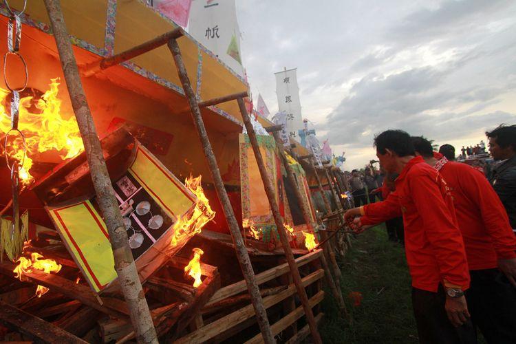 Tradisi bakar Kapal Wangkang yang merupakan ritual tahunan masyarakat Tionghoa yang beragama Konghucu yang dilaksanakan di Pontianak, Kalimantan Barat, Selasa (5/9/2017).