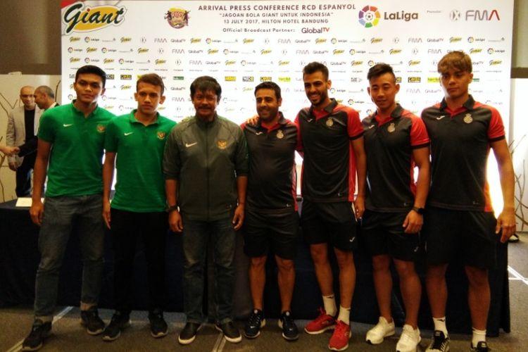Pelatih Indra Sjafri dan dua pemain Timnas U-19 saat berfoto bersama para pemain dan pelatih Espanyol B dalam sesi jumpa pers di Hotel Hilton Bandung, Kamis (13/7/2017)