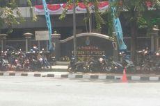 Banyak Sepeda Motor Parkir di Trotoar di Depan Gedung Milik TNI AL