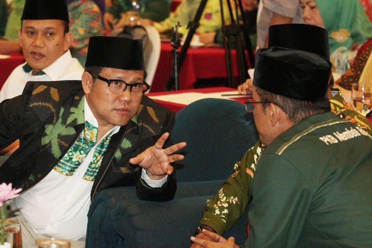 Ketua Umum Partai Kebangkitan Bangsa (PKB), Muhaimin Iskandar (kedua kiri) bersama Sekretaris Jenderal Abdul Kadir Karding (kiri) menghadiri Halaqoh Kebangsaan PKB di Jakarta, Senin (7/8/2017). Halaqoh Kebangsaan PKB kali ini mengangkat tema Peran Strategis Madrasah Diniyah dalam Membangun Karakter Bangsa terkait dengan penolakan PKB akan aturan Full Day School yang diterapkan oleh Kemendikbud. ANTARA FOTO/Reno Esnir/foc/17.
