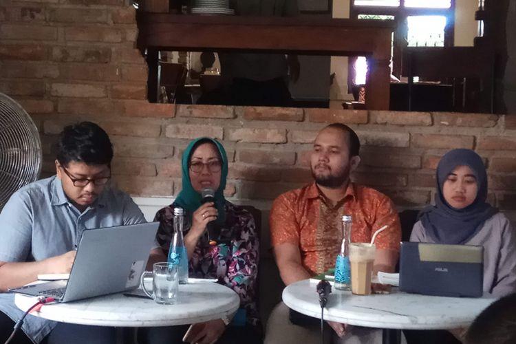 Komisioner ORI Ninik Rahayu (kedua dari kiri) saat menjadi pembicara dalam rilis temuan pungutan liar di sejumlah Pengadilan Negeri di sejumlah daerah di Indonesia oleh Masyarakat Pemantau Peradilan Indonesia (MaPPI) Fakultas Hukum Universitas Indonesia, Siska Trisia, di Bakoel Koffie Cikini, Jakarta, Jumat (9/12/2017).