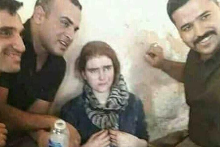 Dalam salah satu foto yang diunggah ke media sosial ini terlihat remaja perempuan yang diduga kuat adalah Linda W (16) asal Jerman dikelilingi tentara Irak yang menemukannya di Kota Tua Mosul.