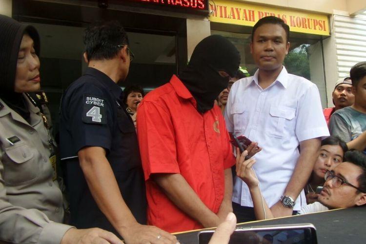 MHHS, tersangka kasus dugaan tindak asusila terhadap putri artis peran Nafa Urbach di Ditreskrimsus Polda Metro Jaya, Jakarta, Selasa (10/10/2017).
