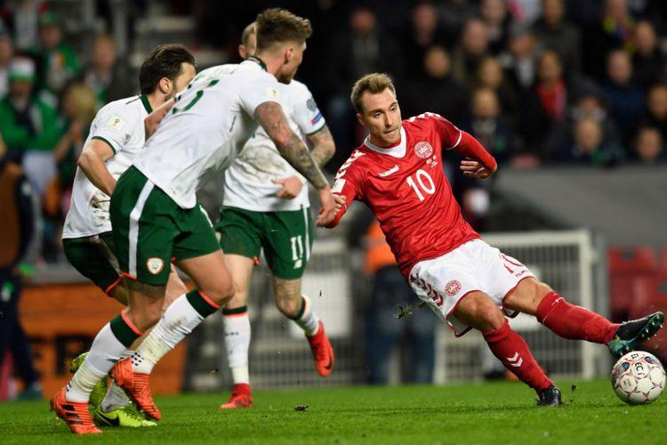 Gelandang timnas Denmark, Christian Eriksen, mendapatkan penjagaan ketat dari para pemain Irlandia pada pertandingan play-off Piala Dunia 2018 di Kopenhagen, Sabtu (11/11/2017).