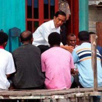 Presiden Joko Widodo saat berkunjung ke Kota Sorong, Papua Barat, Senin (29/12/2014). Pagi hari, Presiden blusukan ke perkampungan nelayan di Kelurahan Malawei, Distrik Sorong Manoi. Tampak Presiden berdialog dengan perwakilan nelayan. Selain itu, Presiden juga memberi bantuan motor untuk perahu nelayan di tempat tersebut.