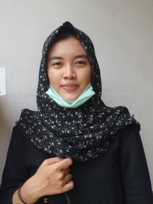 Kekasih Bripda Ridho Setiawan, salah satu korban bom Kampung Melayu saat diyemui di rumah duka di Perumahan Dasana Indah, Kelapa Dua, Tangerang, Kamis (25/5/2107).
